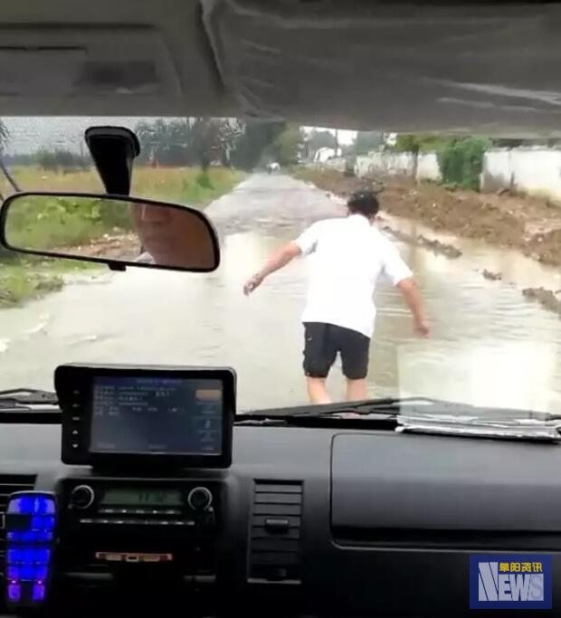 暴雨淹路 阜阳创伤医院急救医生赤脚趟水为救护车