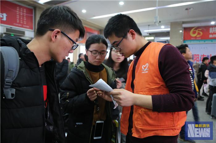 40名团员青年们主动请缨来到阜阳火车站做志愿者