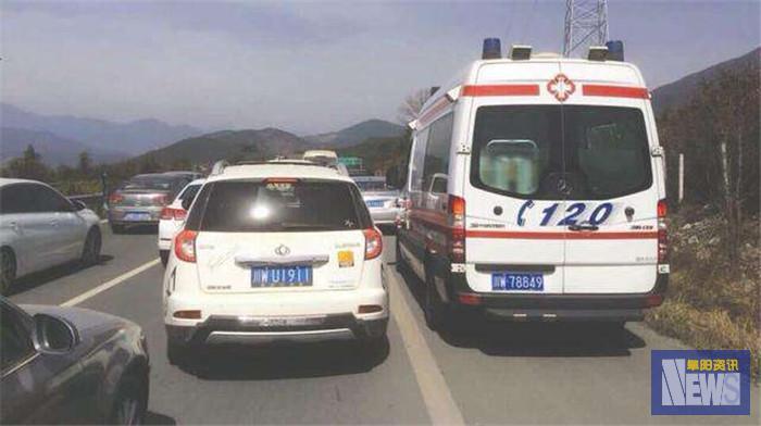 <strong>急救车被堵高速家属磕头求让道:伤者身亡 3车占用应急车道被传唤</strong>