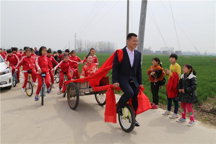 独轮车迎接新娘 阜阳一80后独轮车教练的特殊婚礼