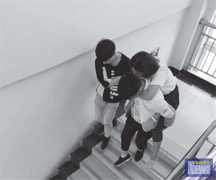 老师受伤坚守岗位学生轮流背她上下楼