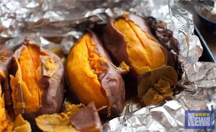 三度买烤红薯劝离小贩这位城管执法有温度